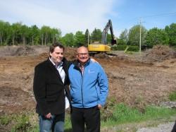 Yannick Ledoux et Luc Barbarie, copropiétaires de GLB Transport & Logistique lors du lancement de la construction de leur nouveau bâtiment.