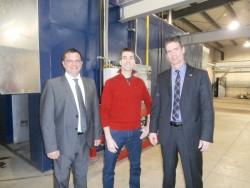 Martin Roy, président de A3M est entouré de Éric Tessier, commissaire industriel et Patrick St-Laurent, directeur général, tous deux de Granby Industriel.