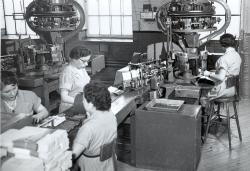 L'empaquetage du tabac à pipe à l'Imperial Tobacco, vers 1955.  © Fonds Gérald Scott,  photo : Studio Granby, Société d'histoire de la Haute-Yamaska