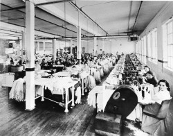 Workers of the Nordic Hosiery Limited, an American company established in silk stockings 1929 Denison Street East. © Historical Society Collection Haute-Yamaska