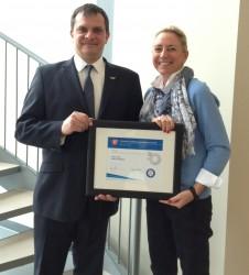 M. Éric Tessier, commissaire industriel chez Granby Industriel accompagné de Mme Janique Scott, présidente de Fibre Monark, entreprise lauréate.