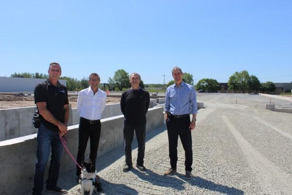 De gauche à droite : Pascal Bonin, Maire de Granby, Éric Dupéré et Alain Curado, A7 Intégration et Patrick St-Laurent, Granby Industriel.