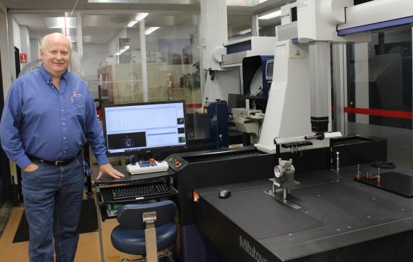 Francis Boag, propriétaire, Machinage Gagné devant une des machines à mesurer tridimensionnelle